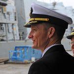 Viré pour avoir alerté contre la situation sanitaire, le commandant du USS Roosevelt acclamé par son