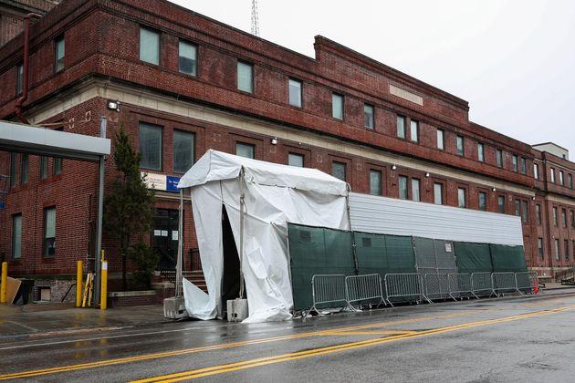 브루클린병원 뒷편에 마련된 컨테이너 임시 시신 안치실. 2020년