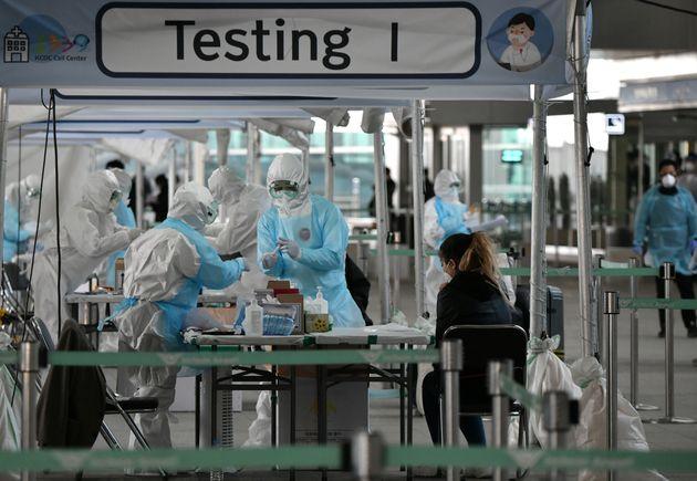 인천공항에 마련된 선별진료소에서 입국자들을 대상으로 코로나19 진단검사가 실시되고 있다. 2020년