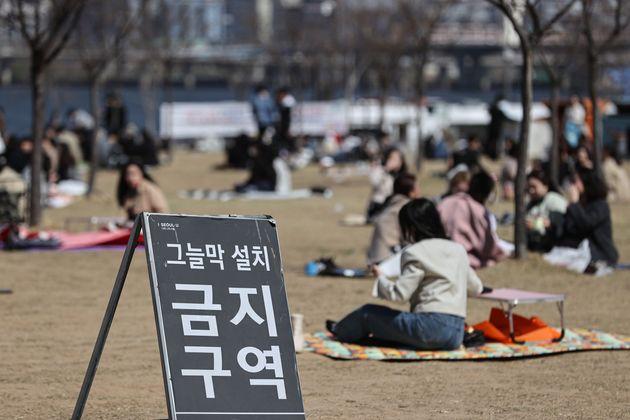 4일 오후 서울 영등포구 여의도한강공원에 그늘막 설치 금지 안내문이 설치되어