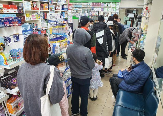 3월 22일 서울시내 한 약국에서 시민들이 마스크 구입을 위해 줄지어 서