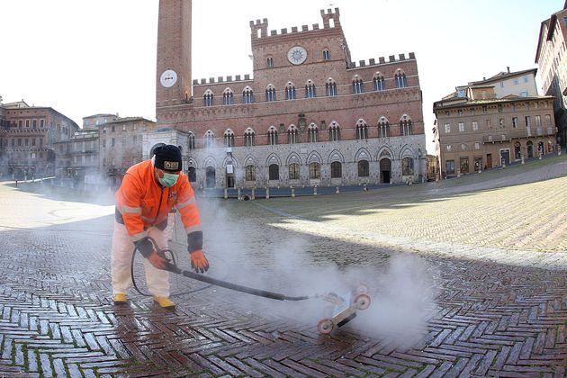 Siena, sanificazione di Piazza del Campo con getti di vapore a 140 gradi. 1 Aprile 2020. ANSA/FABIO DI
