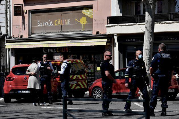 Un homme a tué deux personnes lors d'une attaque au couteau qui a fait une dizaine de