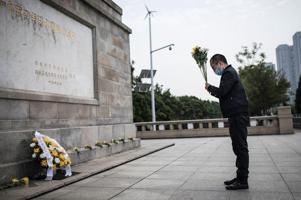 Em Wuhan, na China, cidade epicentro do novo coronavírus, morador despeja flores no monumento...