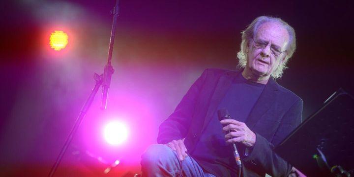 Luis Eduardo Aute, durante un concierto.