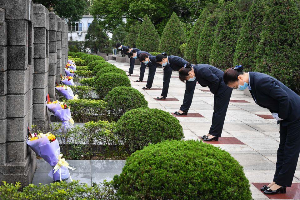 Funcionários prestam homenagem aos mártires no cemitério de Guangzhou Yinhe em Guangzhou,...