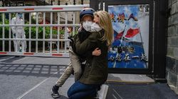 Κορονοϊός: Η συγκινητική συνάντηση δημοσιογράφου στην Κίνα με τον γιο της μετά από 49 μέρες στην