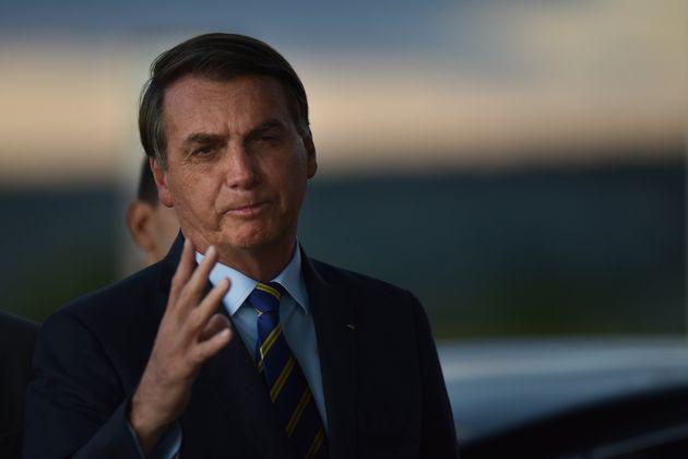 Bolsonaro conversa com jornalistas na saída do Palácio do Planalto, em Brasília