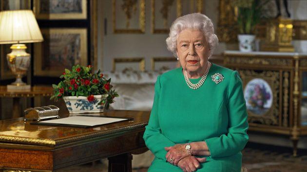 Com vestido verde - cor que simboliza a esperança - Elizabeth fez raro discurso para agradecer...
