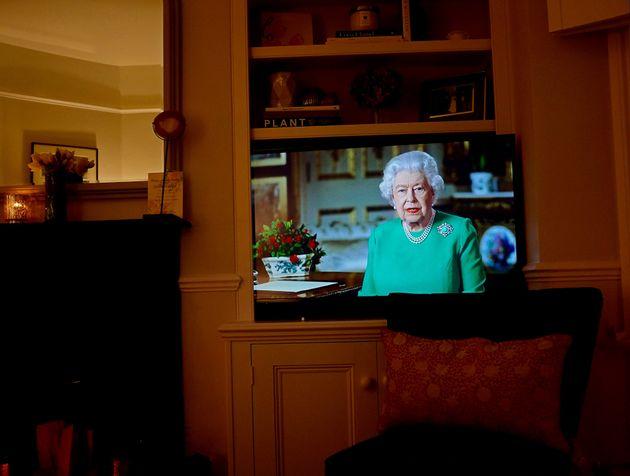 Britânicos assistem ao pronunciamento inédito da rainha diante do