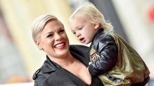 Pink Mengatakan Dia 'Menangis' Dan 'Berdoa' Selama 'Menakutkan' Coronavirus Cobaan Dengan Anak