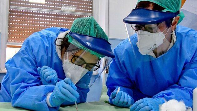 Imagen de archivo de dos médicos durante la crisis del