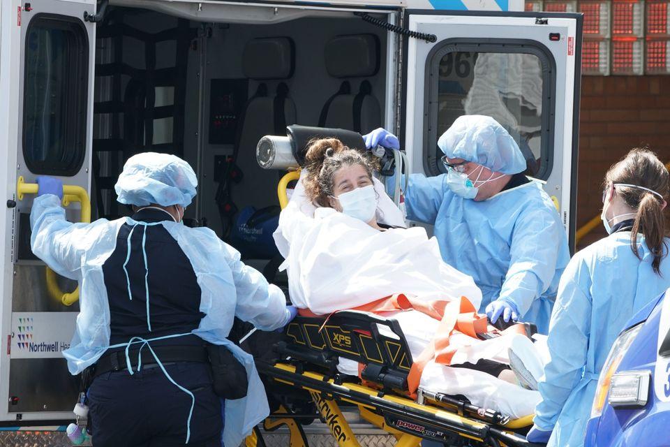 Διακομιδή νεαρής γυναίκας σε νοσοκομείο του Μπρούκλιν της Νέας Υόρκης