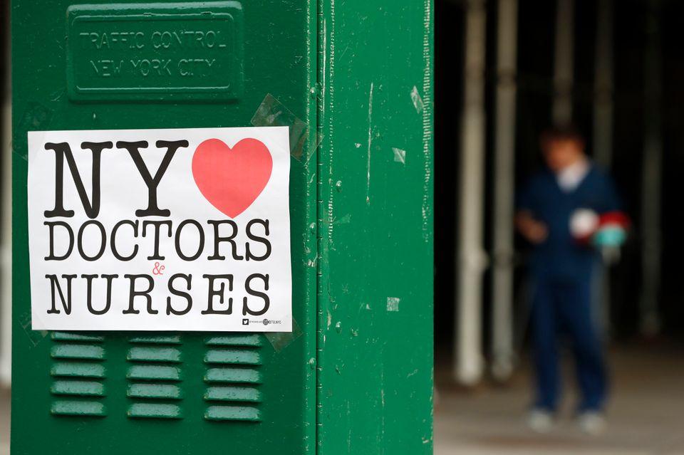 Εκδηλώσεις αγάπης και σεβασμού προς γιατρούς και νοσηλευτές στη Νέα Υόρκη, με κάθε τρόπο.