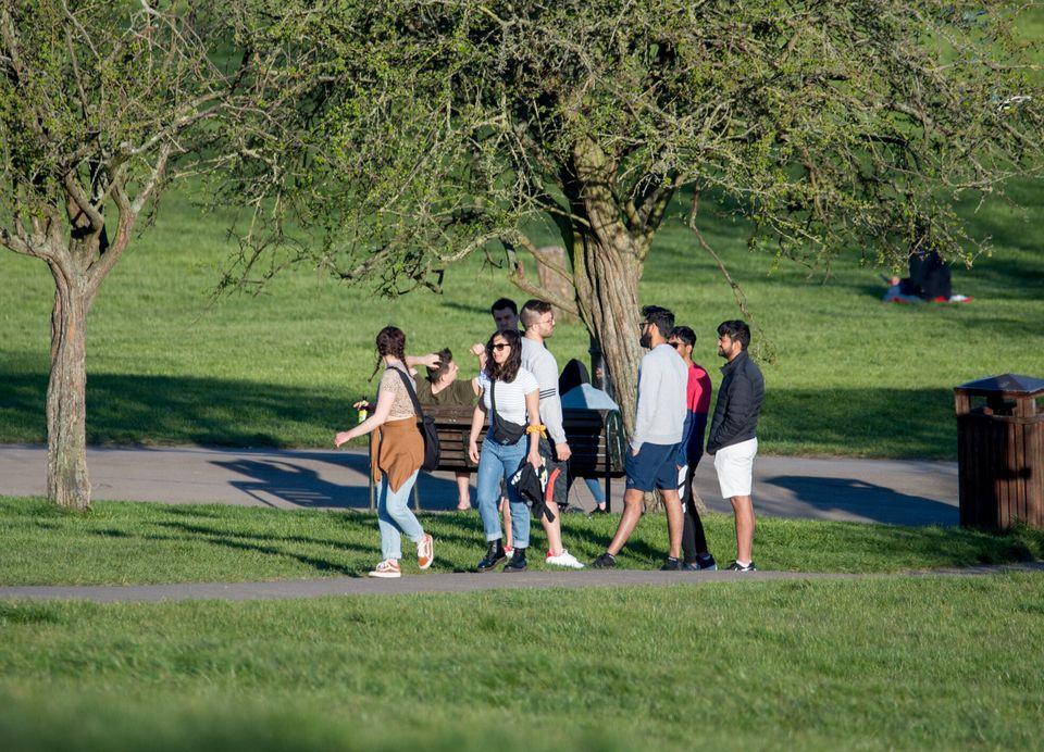 Βόλτες σε πάρκο του Λονδίνου παρά τα μέτρα κοινωνικής αποστασιοποίησης.