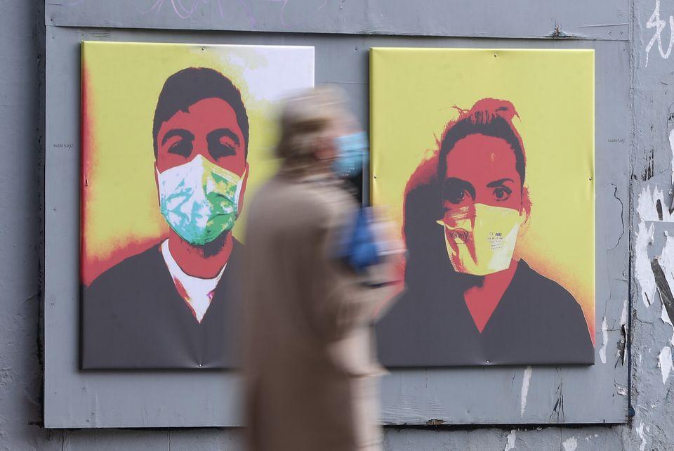 Εργαζόμενοι στον τομέα της Υγείας με μάσκες, στους δρόμους του Δουβλίνου της Ιρλανδίας.