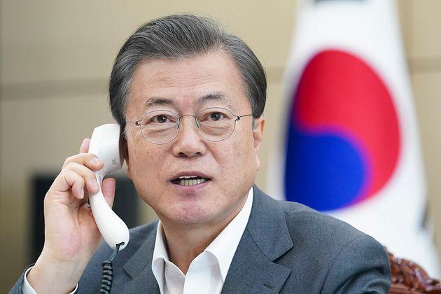 문재인 대통령이 청와대에서 테드로스 아드하놈 게브레예수스 세계보건기구(WHO) 사무총장과 전화통화를 하고 있다. 2020년