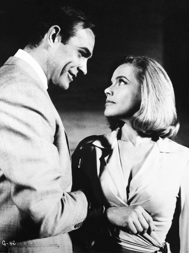 Η Πούσι Γκαλόρ με τον Σον Κόνερι το 1965.