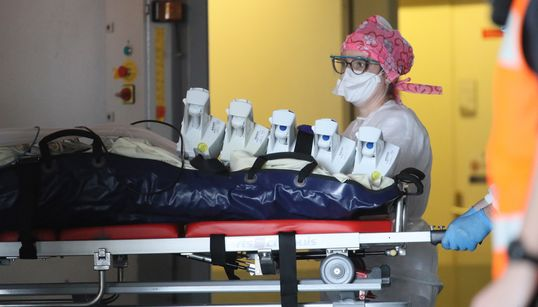 Coronavirus: 833 morts en 24h en France, le nombre de décès repart en forte