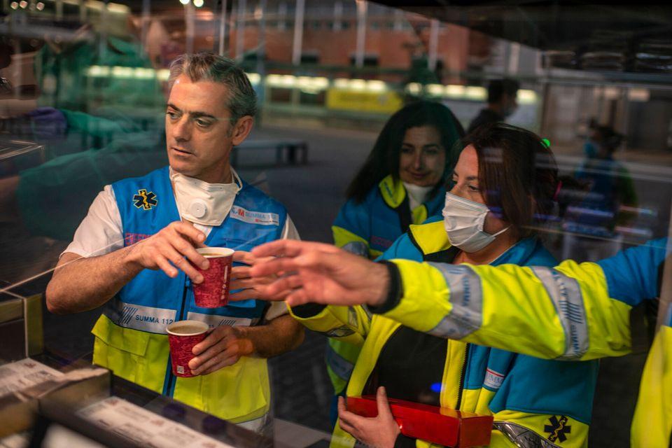 Sanitarios pidiendo comida y bebida en el autobús de Viena