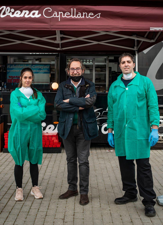 Antonio Lence, en el centro, con dos de los voluntarios en