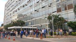 Servidores do Ministério da Saúde aplaudem Mandetta em gesto de apoio após reunião com