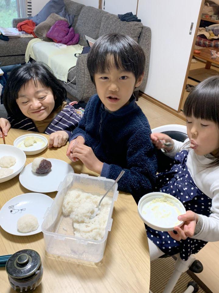 餅米を炊飯器で炊いて、つぶして、丸めて、おはぎ。できたてはおいしい!私と娘はきなこ派。息子はあんこ派。