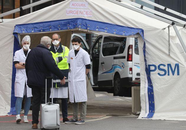 Toute l'actualité liée à l'épidémie de coronavirus en France et dans le monde. Photo prise devant l'hôpital...