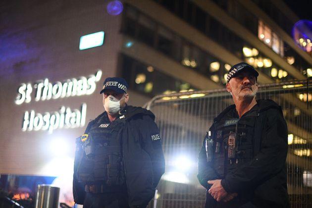 Αστυνομικοί έξω από το...