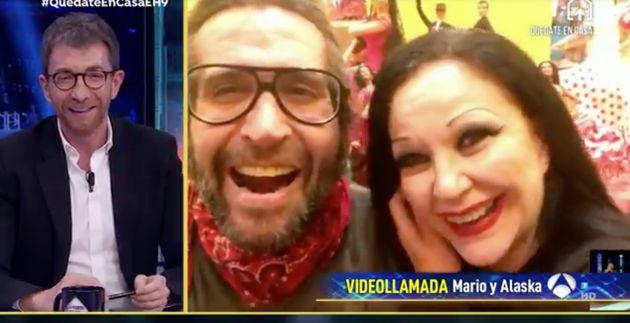 Pablo Motos, conversando con Mario Vaquerizo y
