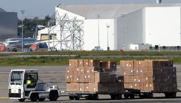 Des masques venant de Chine sont transportés à l'aéroport de Toulouse-Blagnac le...