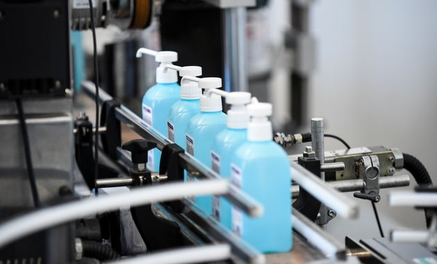 Des bouteilles de gel hydroalcoolique produites par Christeyns à Vertou, près de Nantes, le 27