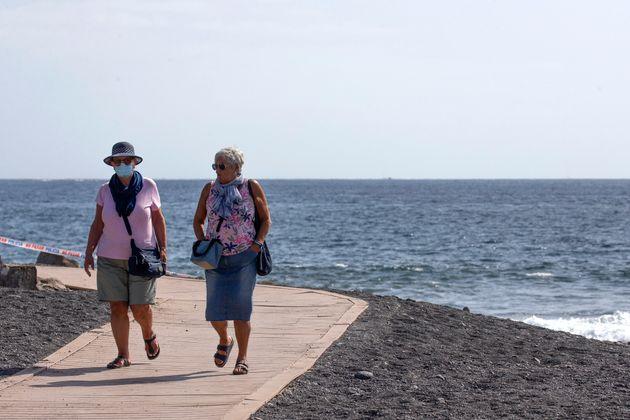 Una pareja pasea en la playa de la Enramada en La Caleta, Tenerife, a finales de