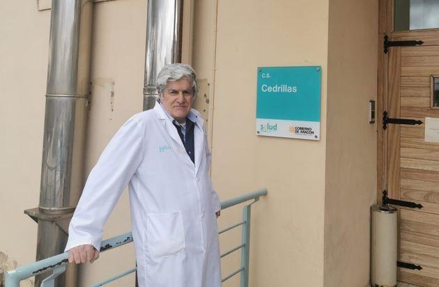Eduardo Comas, en la puerta del centro de salud de