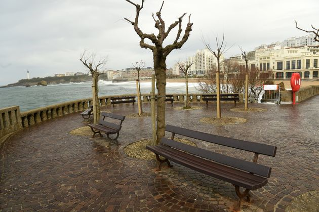 Des bancs publics à Biarritz, le 7 avril