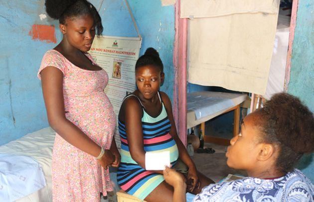 Yveka, 17 anos, visita uma clínica móvel do UNFPA no Haiti. A ex-ministra das Mulheres do Haiti, Dra....