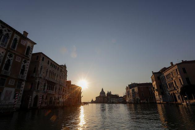 Ιταλία: Μείωση - ρεκόρ του αριθμού νέων κρουσμάτων και μικρός περιορισμός των
