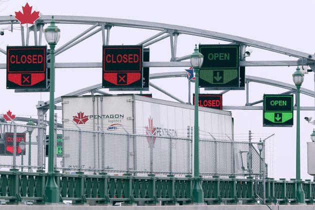 トラックは、2020年3月18日にニューヨーク州バッファローの平和橋を渡り、カナダに到着します。カナダと米国の国境...