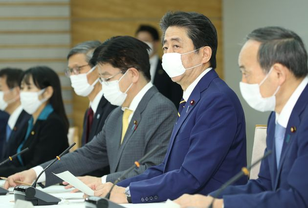 安倍晋三首相(右から2人目)=7日午後