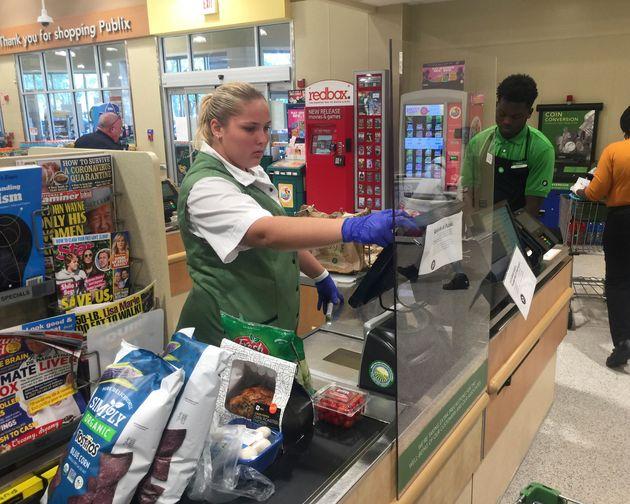 新型コロナウイルスの感染拡大を受け、アメリカ・フロリダ州のスーパーマーケットではシールドを設けていた=4月1日