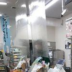 日本のコンビニにもシールド登場。海外では「買い物も命がけ」【新型コロナ】