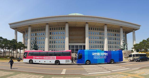 4.15총선을 9일 앞둔 6일 오후 서울 여의도 국회 본청 앞에 더불어민주당과 미래통합당 유세버스가 나란히 서있다.
