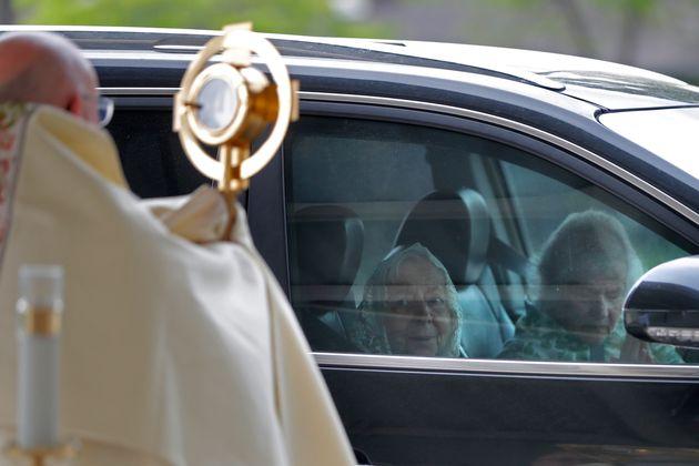 Καθολικός ιερέας στη...