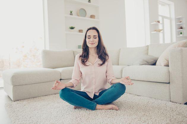 Η στάση «Καθιστικός Διαλογισμός» (Seated Meditation) απαιτεί τα πόδια σταυρωτά.