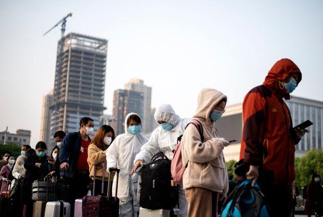 우한을 떠나기 위해 한커우 역에서 대기 중인 사람들. 2020. 4.