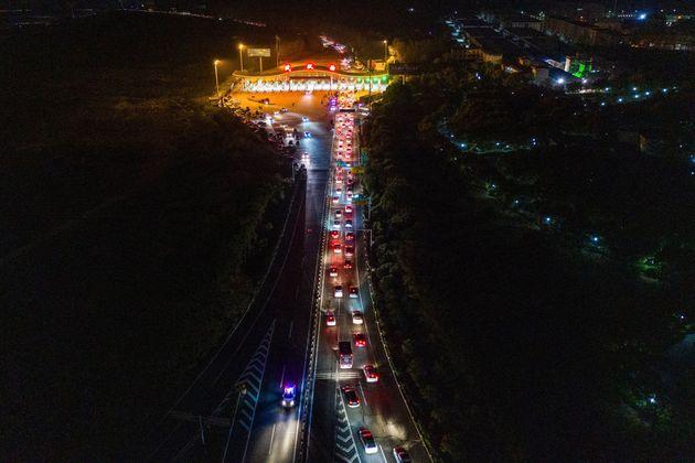 우한의 톨게이트에 대기 중인 차량들. 우한을 벗어나는 방향에만 차가 가득하다. 2020. 4.