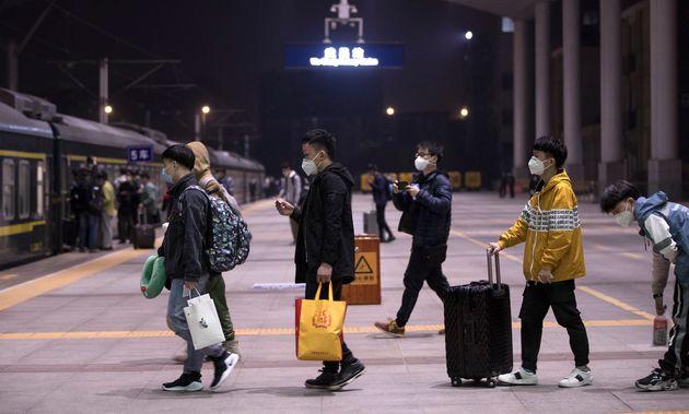 우한 우창역에 도착한 열차를 타러 이동하는 승객들. 2020. 4.