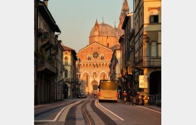 Anziana cade per strada a Treviso, nessuno la soccorre. Si ferma solo l'autista di un