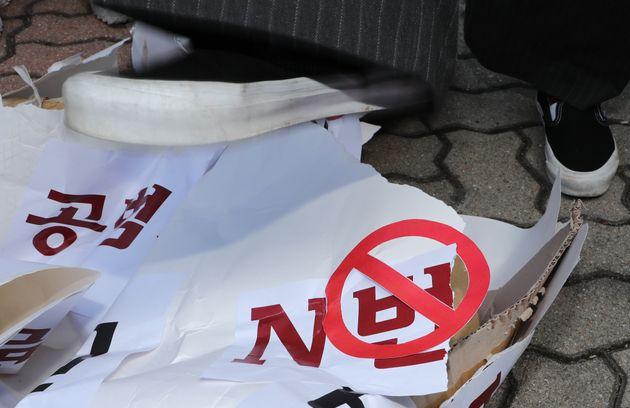 대전여성단체 연합 회원들이 3월 30일 오전 대전지방검찰청 앞에서 텔레그램 N번방 이용자 강력 처벌을 촉구하는 기자회견을 마치고 퍼포먼스를 하고