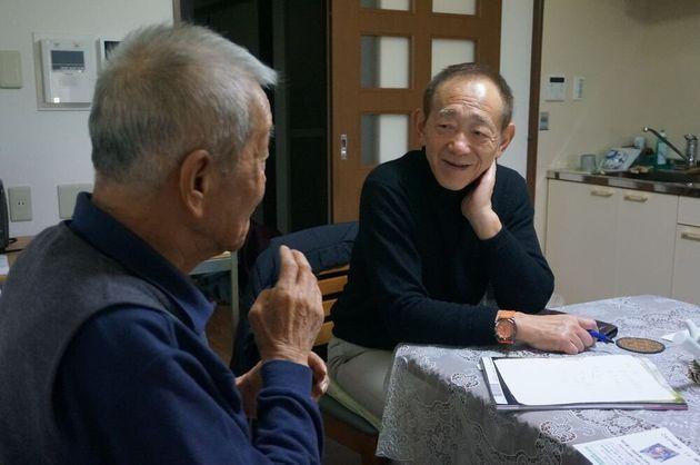 20年来の付き合いがある被災者と話し込む牧秀一さん=朝日新聞社撮影